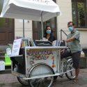 Biblioteca a pedali con libri invece che gelati
