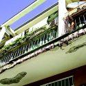 I balconi sgretolati e pericolosi in via Monti