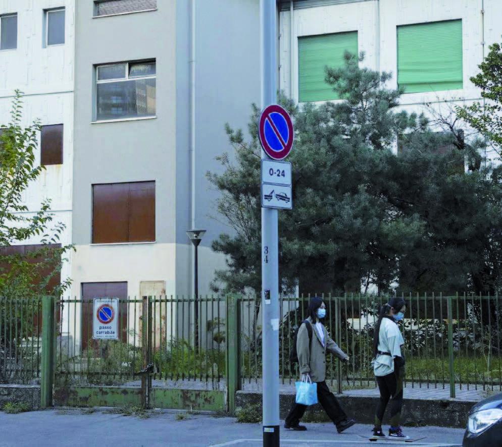 Avviata la demolizione della Scuola Media Pavoni
